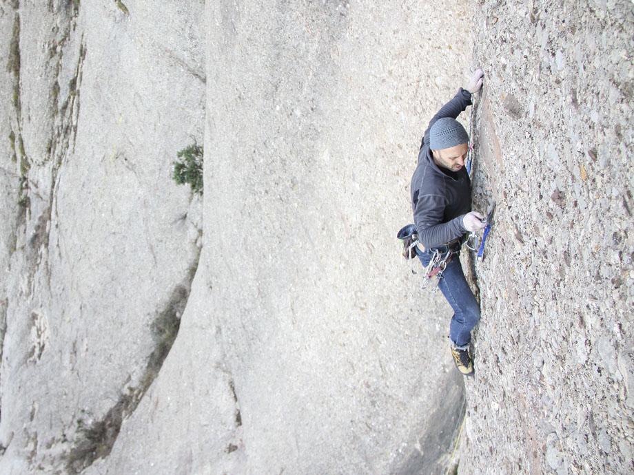 Escalador utilizando tricams en Montserrat
